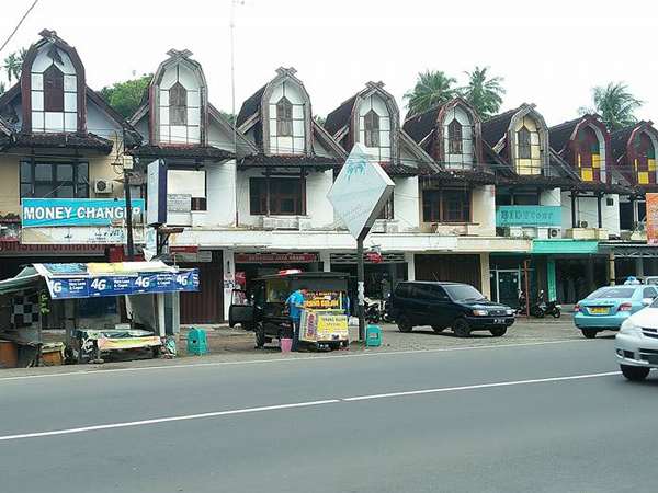 shopping center in senggigi town