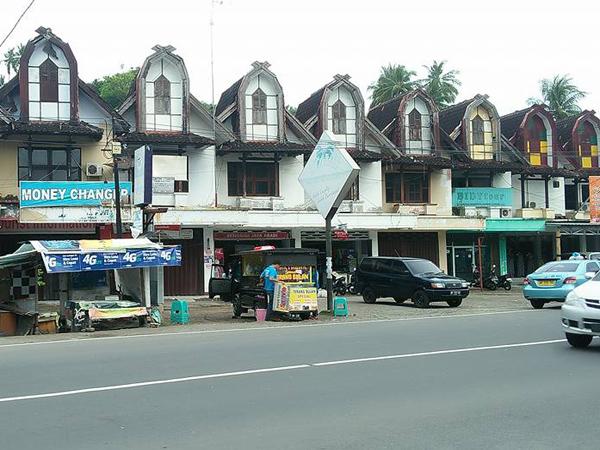 shopping center in senggigi town