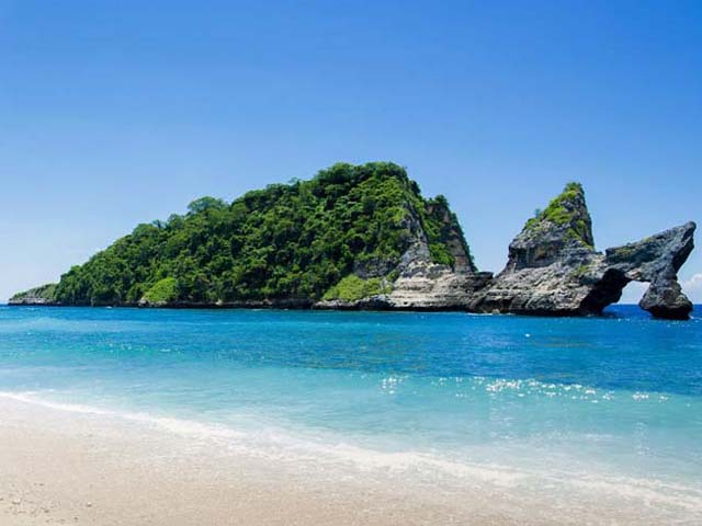 Clear water and white sand of Atuh Beach, Nusa Penida Bali